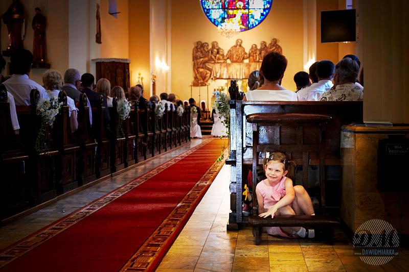 Zdjęcie dziewczynki podczas Mszy Świętej na ślubie
