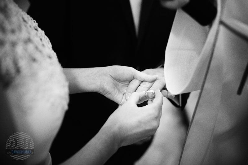 Zdjęcia ślubne z nakładania obrączek