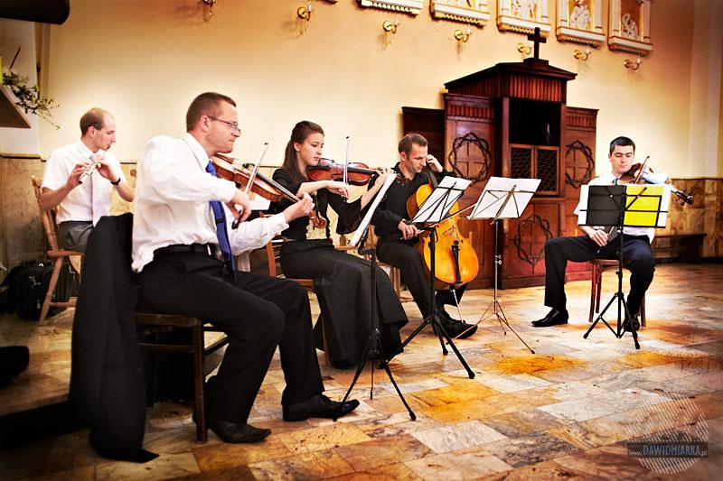 Orkiestra smyczkowa wykonuje utwór podczas ślubu