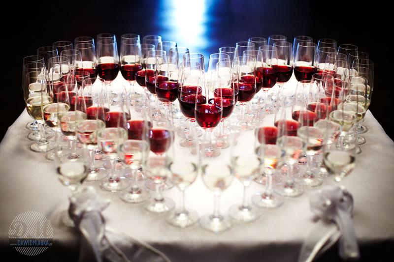 Zdjęcie z wesela przedstawiające przygotowany szampan dla gości