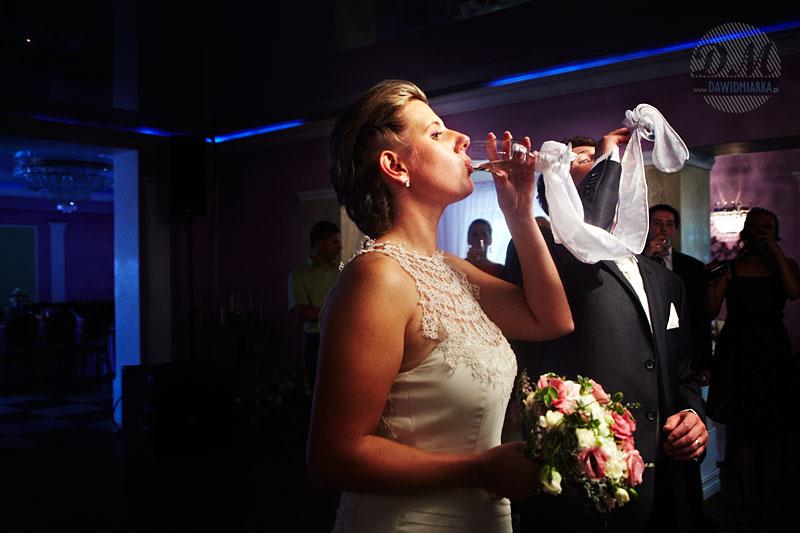 Toast Młodej Pary szampanem oraz jej gości weselnych