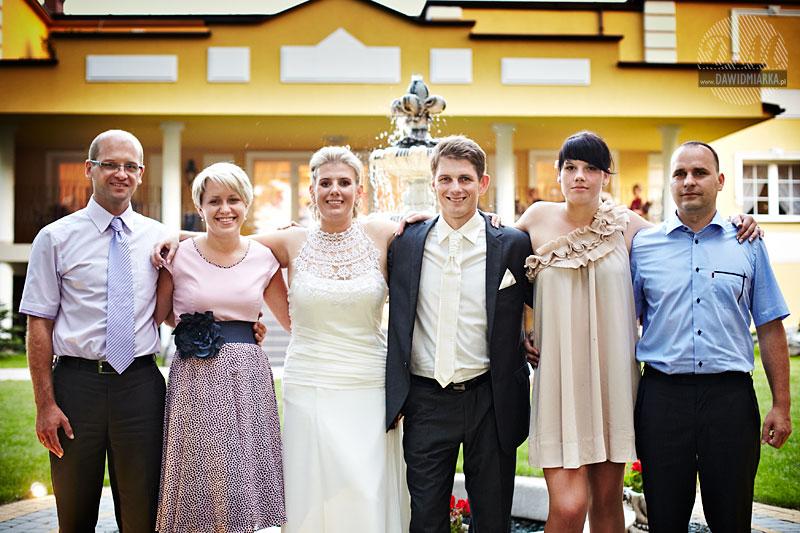 Grupowe zdjęcia na weselu