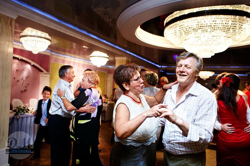 Zdjęcia w tańcu - goście weselni podczas zabawy