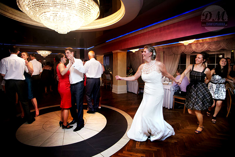 Zabawy na weselu podczas tańca