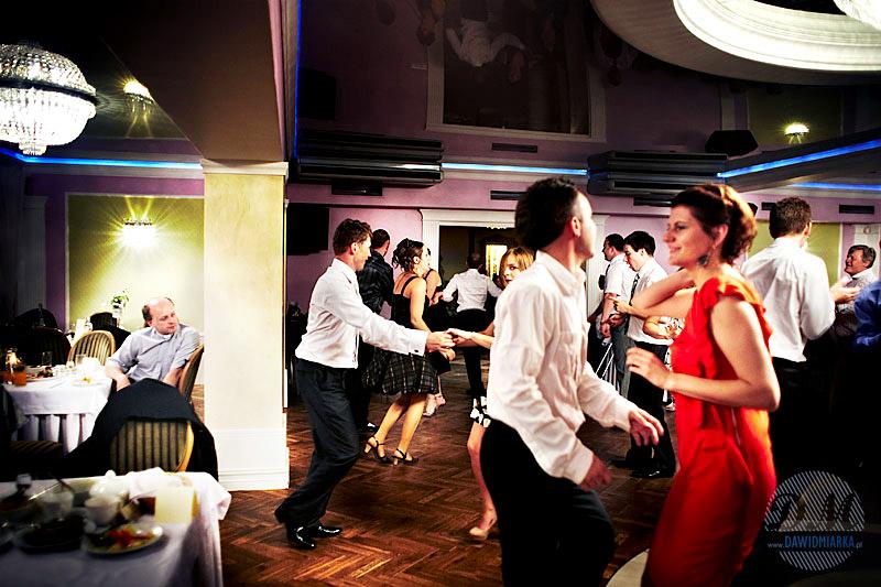 Zdjęcie przedstawia gości bawiących się na sali weselnej