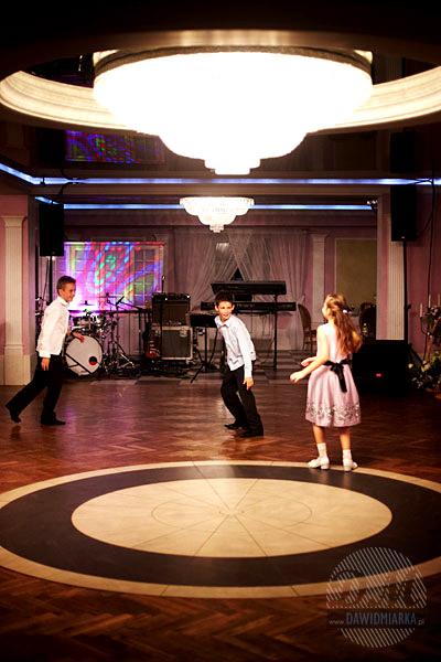 Zdjęcia tańczących dzieci na weselu