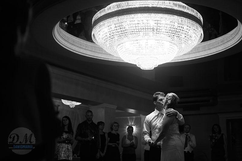 Zdjęcia ślubne z pocałunkiem Młodej Pary