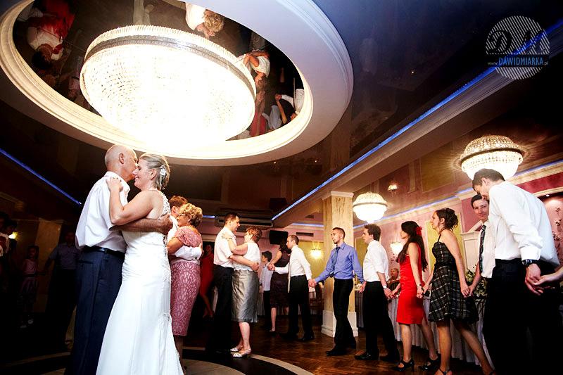 Zdjęcia ślubne z tańca Młodej Pary z rodzicami