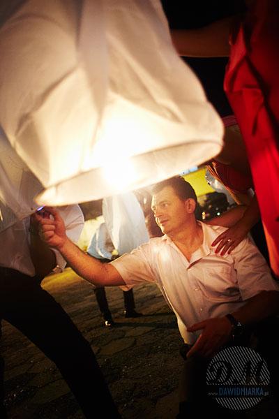 Zdjęcia weselne - puszczanie lampionów szczęścia