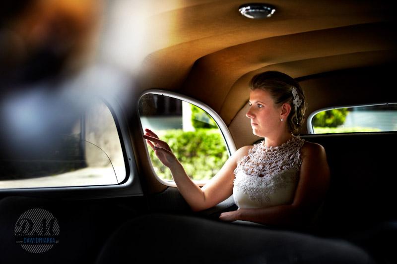 Zdjęcia ślubne Młodej Pani w samochodzie