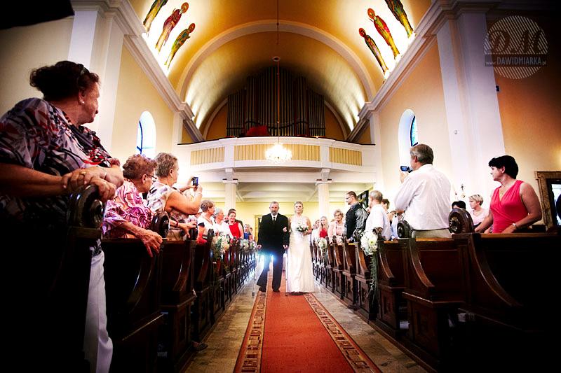 Zdjęcia ślubne z wejścia Młodej Pani do kościoła