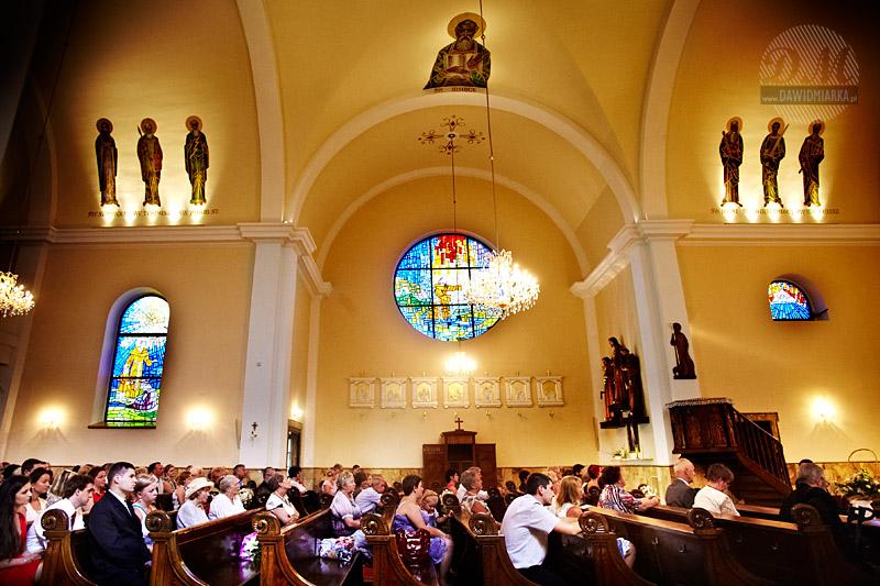 Zdjęcia ślubne z kościoła - widok na gości weselnych