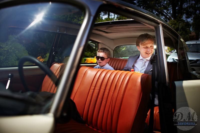 Pan Młody w samochodzie do ślubu