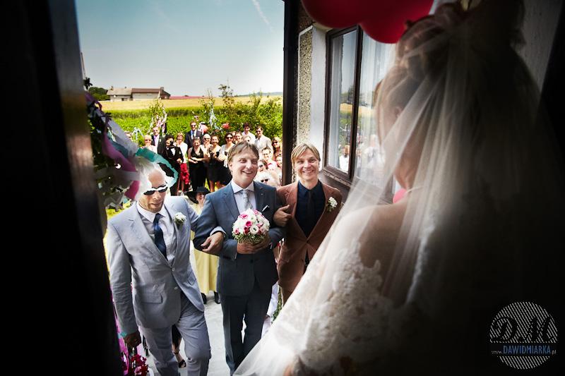 Zdjęcia ślubne z przygotowań - moment wejścia Młodego Pana do domu