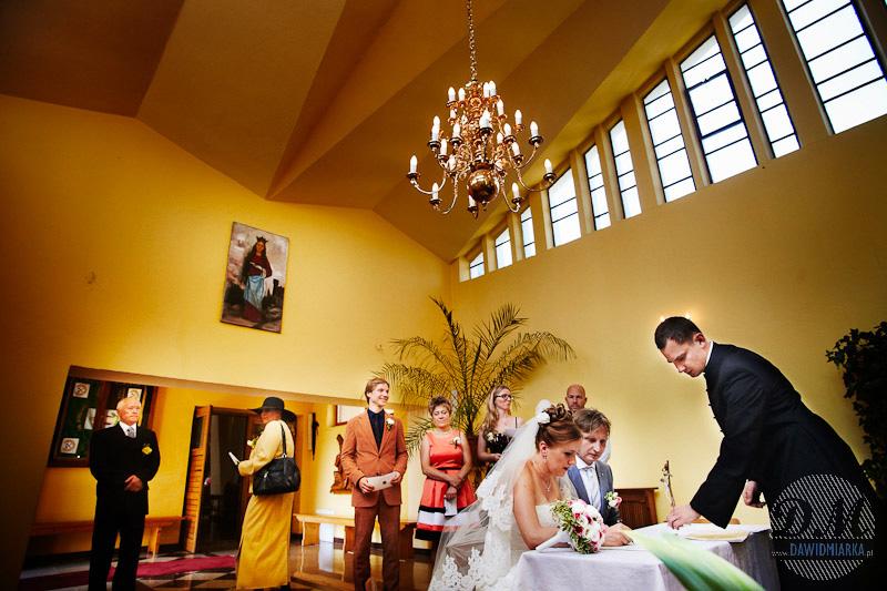 Zdjęcia ze ślubu - podpisanie aktu małżeństwa