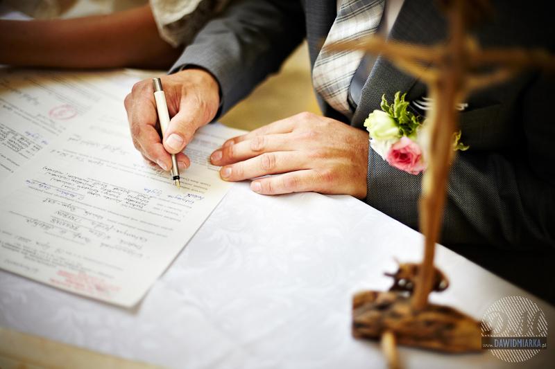 Ujęcie na moment podpisania aktu małżeństwa