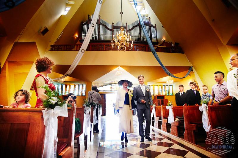 Zdjęcia ślubne z wejścia Młodego Pana wraz z mamą do kościoła