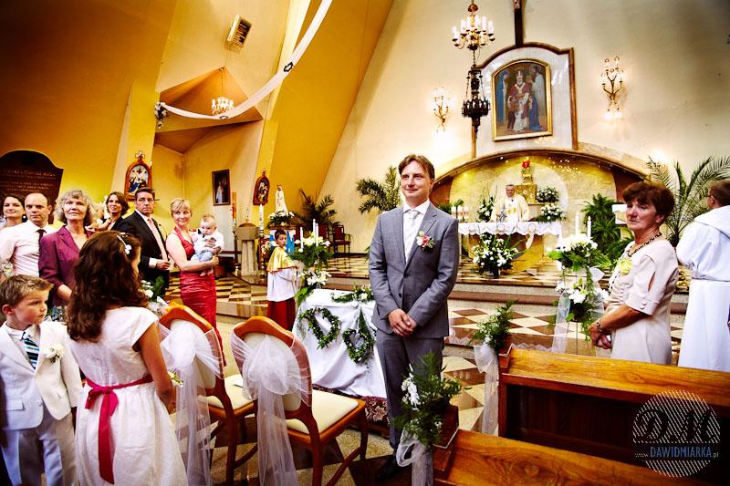 Fotografia ślubna z przyjścia Młodej Pani - kościół św. Mikołaja Witanowice