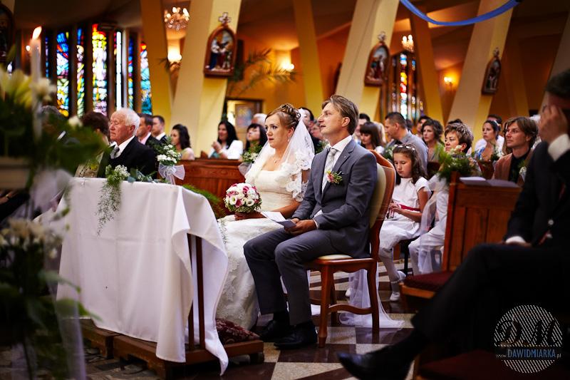 Zdjęcia ślubne Młodej Pary w kościele