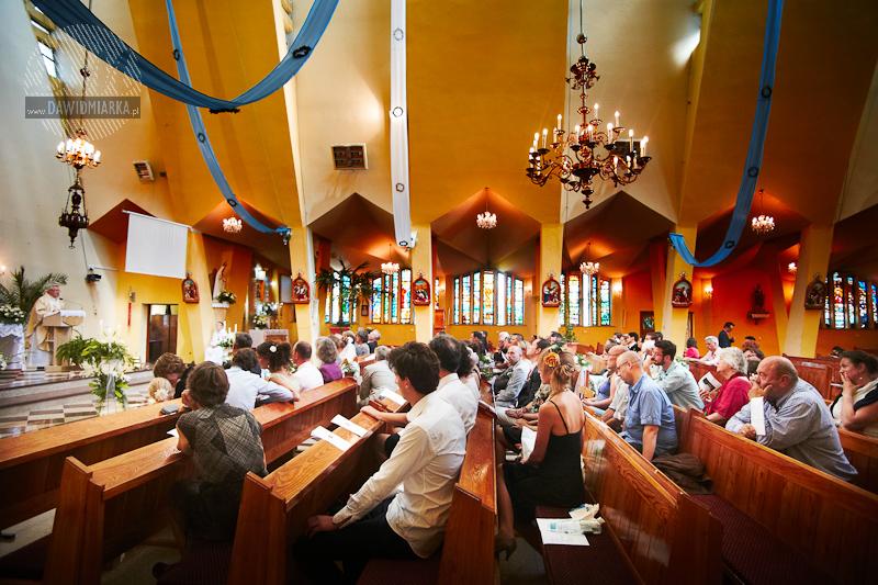 Fotografia ślubna gości weselnych w kościele