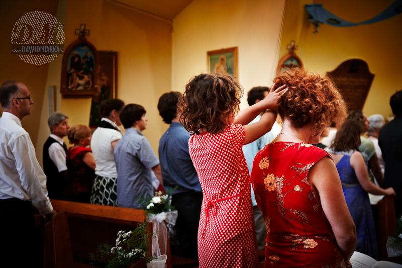 Zdjęcie dzieci - dziewczynka w kościele
