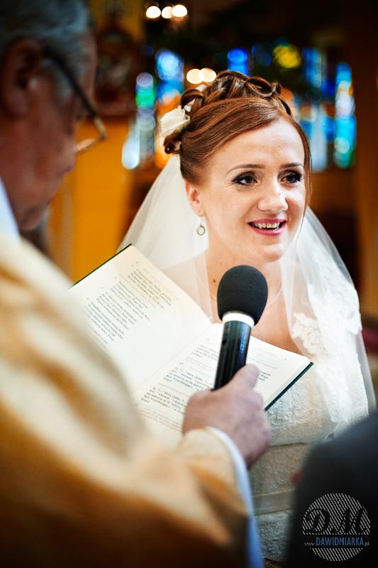 Zdjęcie ślubne Młodej Pani podczas wypowiadania przysięgi małżeńskiej