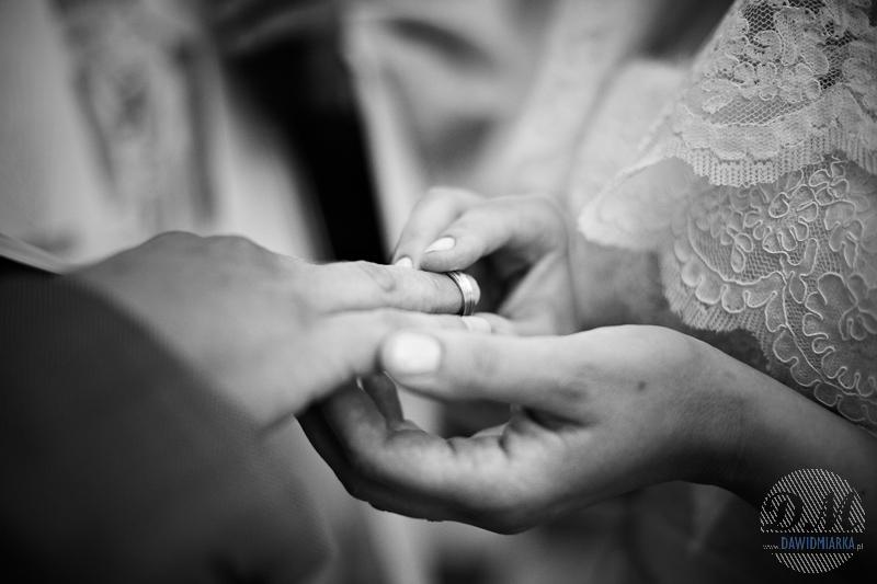 Zdjęcia ślubne z momentu nałożenia obrączek ślubnych