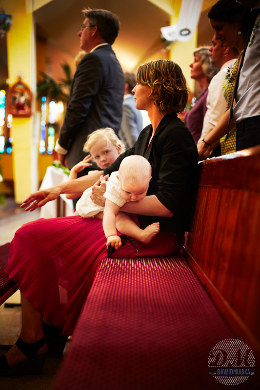 Dzieci w kościele podczas ślubu