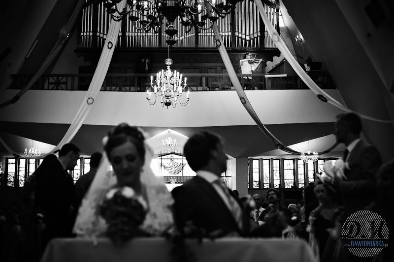 Czarno - białe zdjęcia ślubne z kościoła
