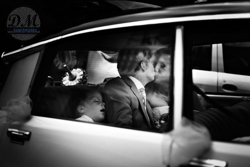 Zdjęcia z pleneru ślubnego nowożeńców w samochodzie