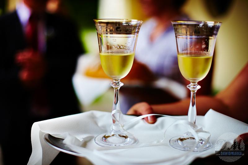 Ujęcie kieliszków Młodej Pary z szampanem