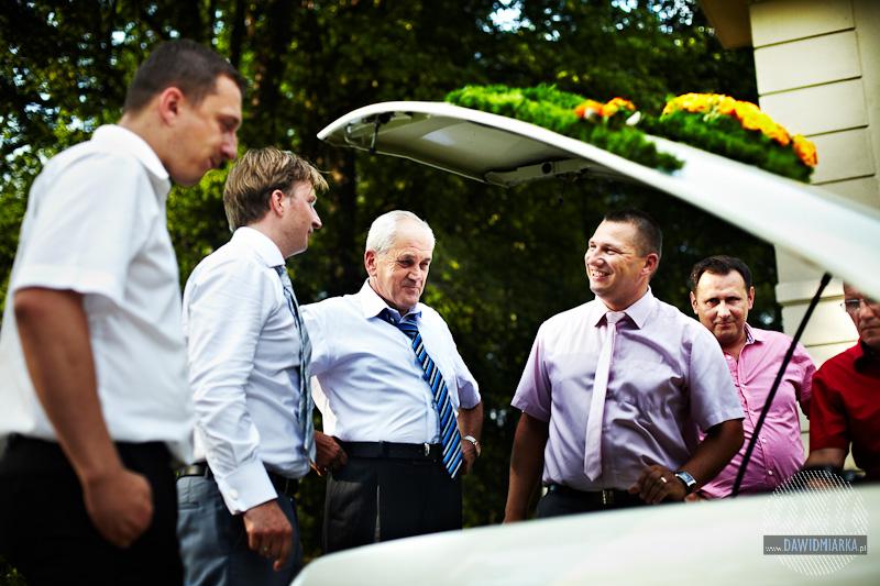 Zdjęcie weselne gości z samochodem do ślubu