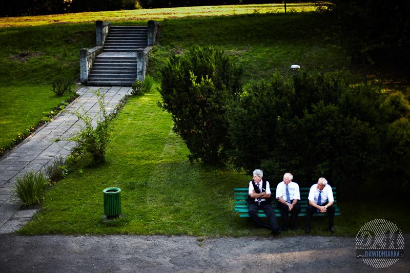 Zdjęcia z wesela - goście na zewnątrz rozmawiają