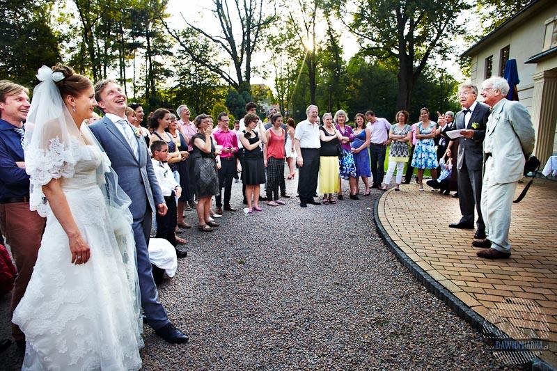 Goście weselni zgromadzeni podczas przemowy ojca Młodego Pana