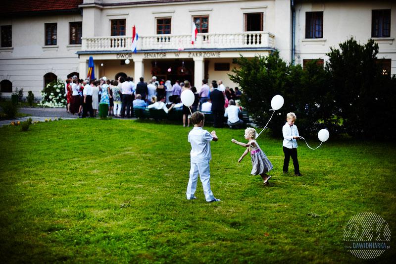 Zdjęcia bawiących się dzieci podczas wesela