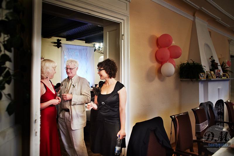 Zdjęcie przedstawia moment rozmowy gości weselnych