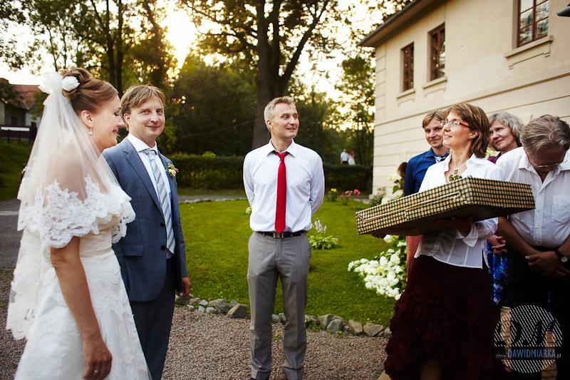 Fotografia z wesela przedstawiająca moment wręczenia prezentów weselnych