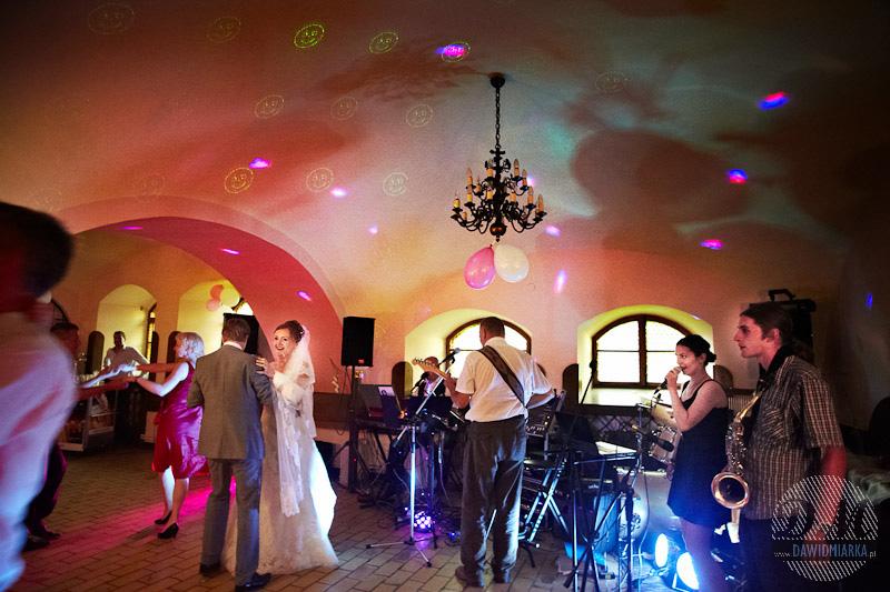 Młoda Para tańcząca na własnym weselu