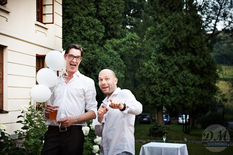 Bawiący się goście weselni