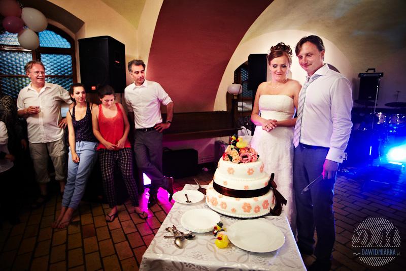 Zdjęcia Młodych podczas krojenia tortu