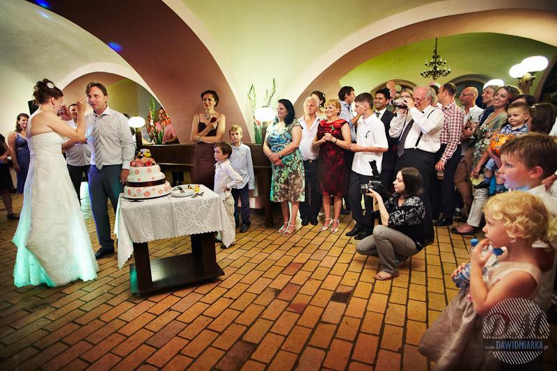 Zdjęcia z krojenia tortu weselnego Zakrzów