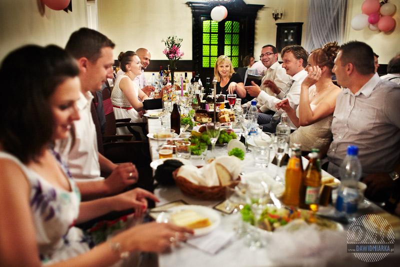 Zdjęcia z wesela gości przy stole