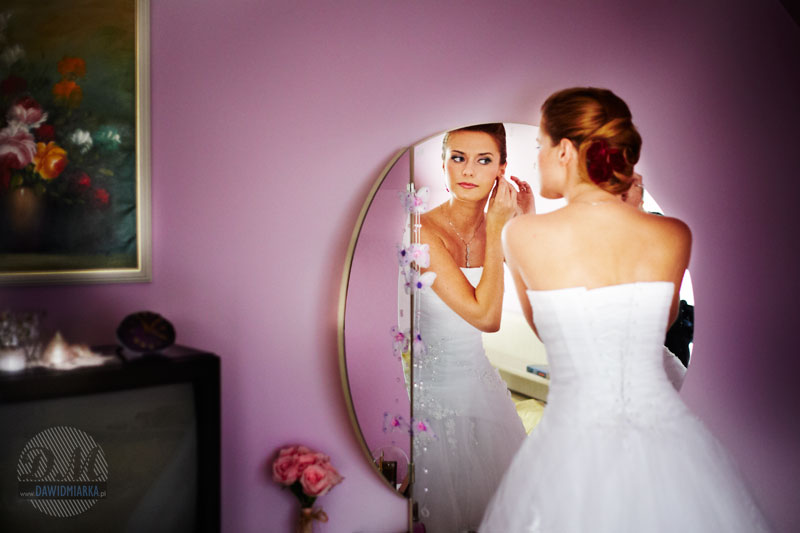 Piękne zdjęcia ślubne przedstwiające Młodą Panią przed lustrem