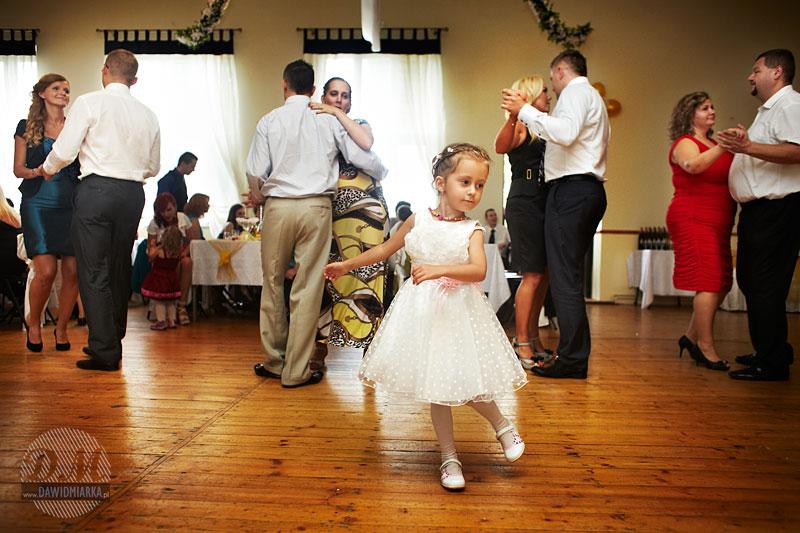Zdjęcie dziewczynki na imprezie weselnej