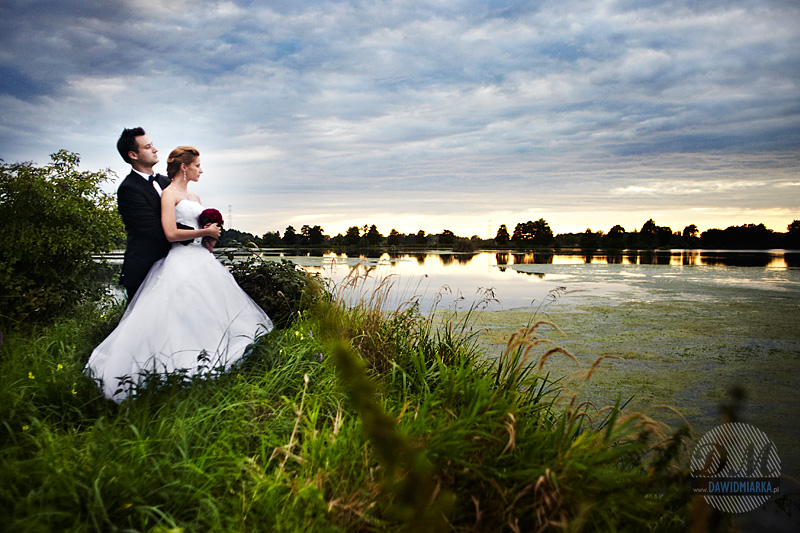 Zdjęcia ślubne z pleneru nad stawem o zachodzie słońca