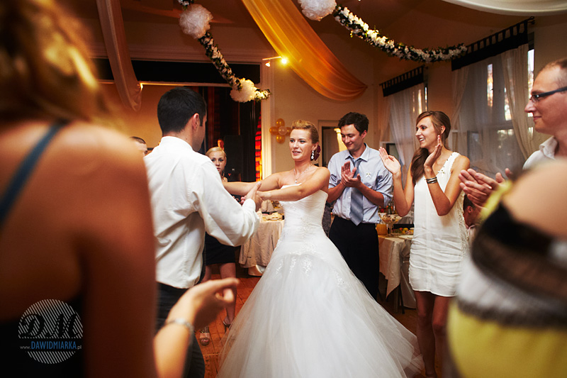 Zdjęcia weselne przedstawiające taniec Młodej Pary