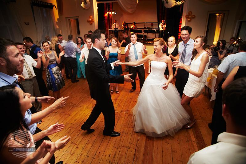Młoda Para tańczy na weselu