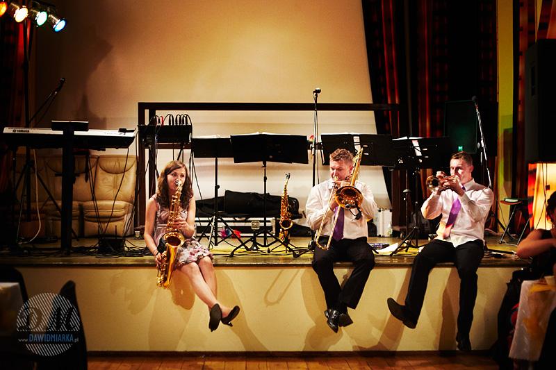 Orkiestra na weselu gra na instrumentach