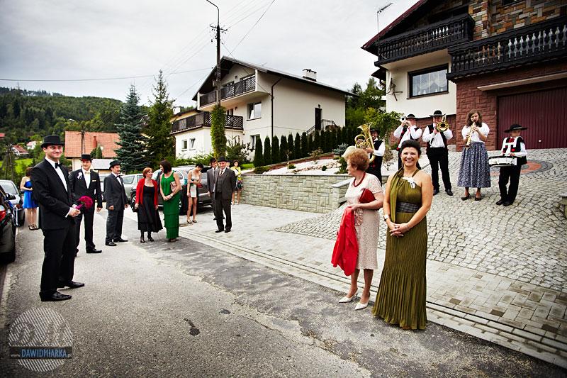 Zdjęcia ślubne sprzed domu Pani Młodej - Brenna