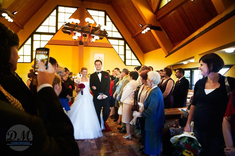 I już po ślubie - zdjęcie ze ślubu podczas wyjścia Młodej Pary